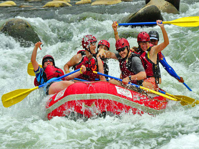 Costa Rica Rafting Tours. Ride those waves.